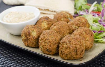 Le polpette di zucchine rappresentano un ottimo antipasto soprattutto d'estate, quando possono essere gustate fredde su un piatto d'insalata mista oppure come stuzzichino veloce, leggero, ma al tempo stesso salutare.