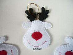 Estos adorables adornos de Navidad están hechos de fieltro. Cada reno, llamado Rodolfo, está hecho de fieltro blanco con nariz roja y ojos bordados en color negro. Cada uno cuelga de una hermoso cordón de color dorado.    Usted recibirá UN adorno navideño.    • fieltro en color blanco, negro y rojo  • cada reno mide 2.75 x 4.5 (8.0 x 11 cms) (no incluye la cinta dorada)  • cinta dorada    * Ordernes son enviadas por correo de Lunes a Viernes    Mas Ornamentos…