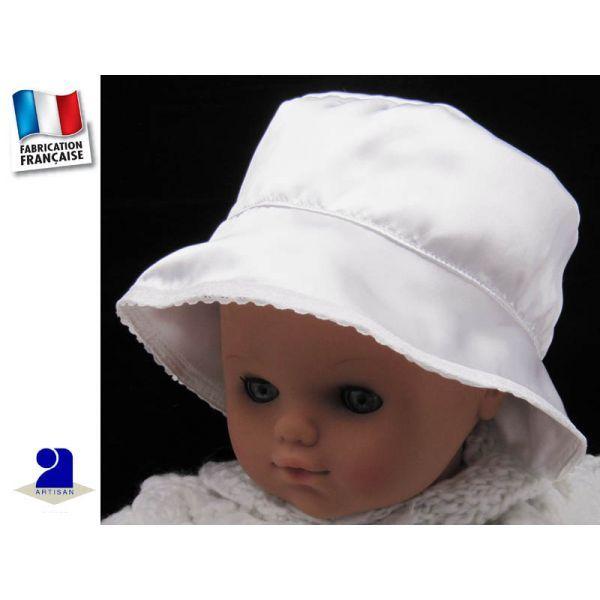 Chapeau baptême satin blanc  bordé dentelle par Poussin Bleu  3 mois au 8 ans       Un beau chapeau tout en satin pour que votre petite fille soit chic  pour une cérémonie ou le jour de son baptême     Tissu: satin  bordé dentelle     Coloris: blanc     Age: 3 mois au 8 ans