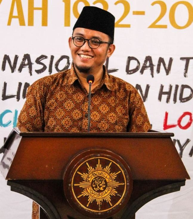 "KIBLAT.NET, Jakarta- Dalam usianya yang ke 84, Pemuda Muhamadiyah berkomitmen untuk memperbaiki ekonomi ummat. Sebab, menurut ketua PP Pemuda Muhamadiyah, Dahnil Anzar Simanjuntak, memperkuat ekonomi itu penting untuk memperkuat ummat. ""Meneguhkan kembali gerakan ekonomi umat, misalnya di Indonesia. Karena faktanya politik umat islam disandera dengan kepentingan kelompok ekonomi besar yang membajak ekonomi ummat. Memperkuat dengan …"