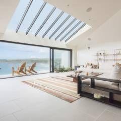 Salas de estar modernas por Laurence Associates