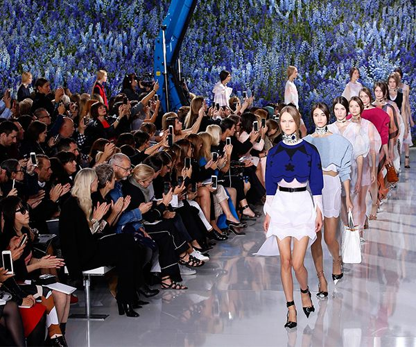Όλες οι προηγούμενες εβδομάδες μας κράτησαν στην άκρη της καρέκλας μας με τα απανωτά shows που πραγματοποιούνταν στις μεγαλύτερες πρωτεύουσες της μόδας, τη Νέα Υόρκη, το Λονδίνο, το Μιλάνο και τώρα η αυλαία είναι έτοιμη να πέσει στην καρδιά της Γαλλίας.. http://pressmedoll.gr/pfw-report-o-minas-tis-modas-ftani-sto-finale-tou/#sthash.5hyJmlxi.dpuf