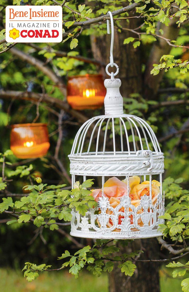 Amate lo stile #shabby? Verniciate di bianco una #gabbietta per uccellini, riempitela di #fiori o petali e create un romantico #lampadario retrò per i vostri ambienti! Da Conad Bene Insieme