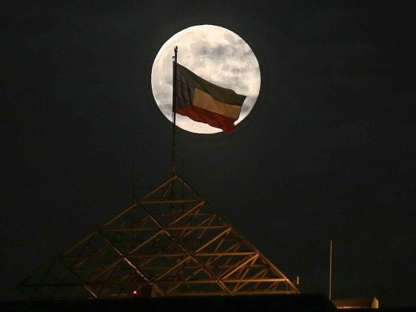 La superluna por el mundo (© YASSER AL-ZAYYAT/AFP/Getty Images)