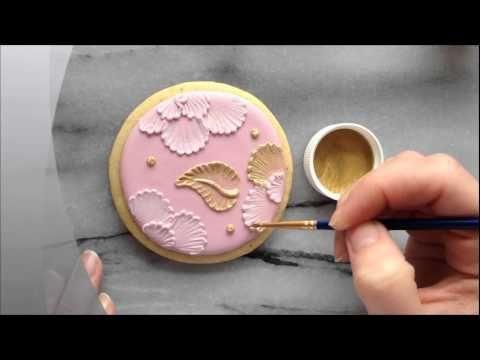 Painting with luster dust on brush embroidered cookies / Técnica para decorar galletas con polvo comestible brillante. Se hace con pincel y su aspecto recuerda a un bordado
