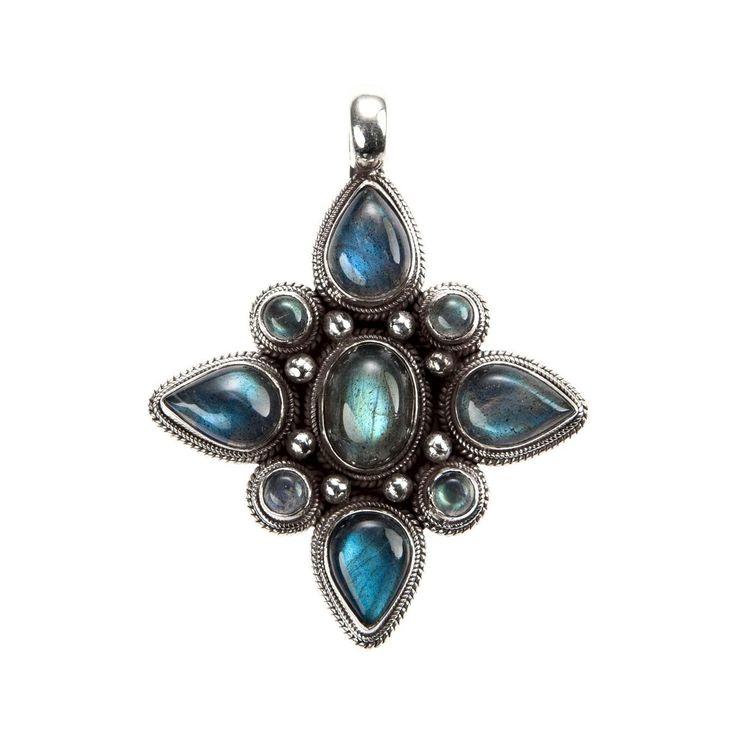 Pandantiv amuletă mandala, lucrat manual în argint și labradorit de artizani nepalezi din Kathmandu. Simbolismul sacru al mandalei budiste, alături de sclipirile irezistibile ale labradoritului, montura perfect lucrată și proporțiile minunate fac din această amuletă o bijuterie splendidă, de care nu vă veți mai putea despărți.