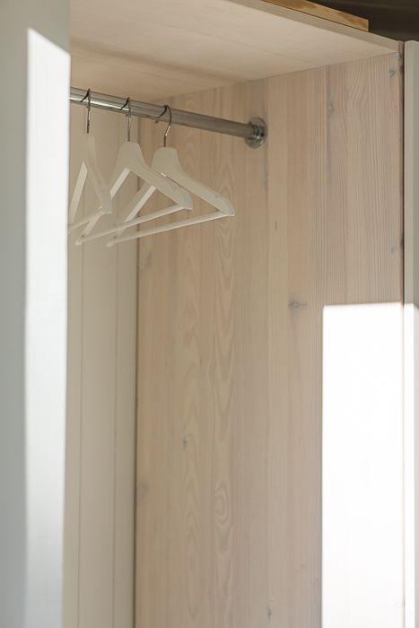 Snickeribyggd garderob i modulbyggt sommarhus. #garderob #snickeri #fritidshus #sommarhus