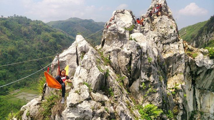sometimes happiness and peace can be found on the top of a cliff  terimakasih crew @panjat.tebing.wisata yg barodor namun profesional  terimakasih  @bubblebyu ------------------- #naptime #cliff #canyon #tebing #tebinghawu #hammocklife #explorebandungbarat #gununghawu #padalarang #hiking #nature #height #mountain #climber #wonderfulindonesia #explorejawabarat #mtma #adrenalineaddicts by @enaysed