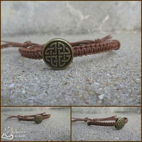 Pulseira feita com linha encerada e medalha . :) Preço : MP