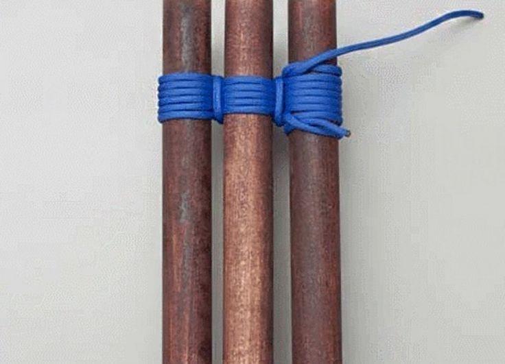 nudos para construcciones -amarre trípode /Este amarre es utilizado para unir tres troncos en un trípode, la estructura más resistente a la hora de construir.  Debes asegurarte de que los troncos se encuentren lo suficientemente separados entre sí para que quepa la soga entre ellos; y que el que se encuentra en el centro esté en dirección contraria a los laterales. Luego comienza con un ballestrinque, coloca la mitad de la cuerda en uno de los troncos lateral y entrelázala con los otros dos…