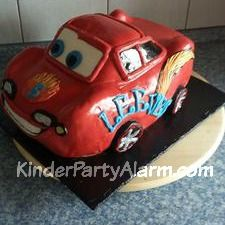 Das passende Auto für einen 6 Jährigen, gefüllt mit Vanille/Erdbeeren Buttercreme, Vollmilch Ganache, frischen Erdbeeren und Smarties. Geschichtet zwischen
