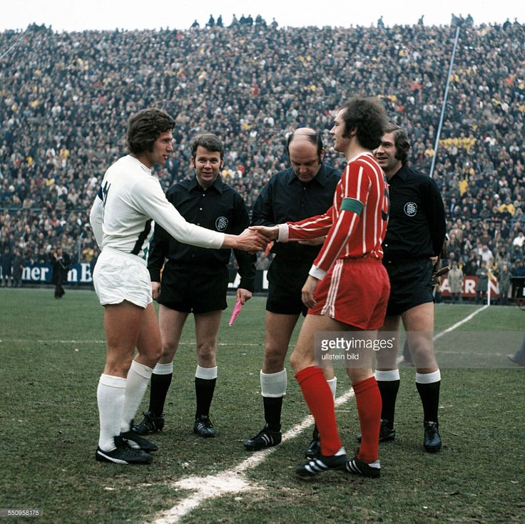 football, Bundesliga, 1972/1973, Stadium am Boekelberg, Borussia Moenchengladbach versus FC Bayern Munich 0:3, welcome, team leaders Jupp Heynckes (MG) left and Franz Beckenbauer (FCB), behind referee Klaus Ohmsen and assistants