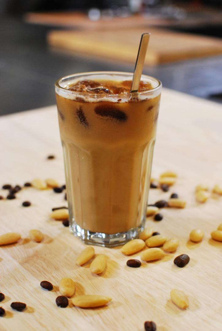 Bereiden:Neem een ijsblokjesvorm en vul deze met de koude koffie. Zet een nachtje in de vriezer. Doe de amandelen in een schaal en zet ze onder in water. Laat een nachtje trekken in de koelkast. Doe de amandelen en het vocht samen in de blender en mix tot amandelmelk. Voeg er agavesiroop aan toe voor een zoete smaak en zeef de melk. Haal de koffie-ijsblokjes uit de diepvries en doe ze in een glas. Overgiet met de amandelmelk en werk af met een snuifje kaneel.