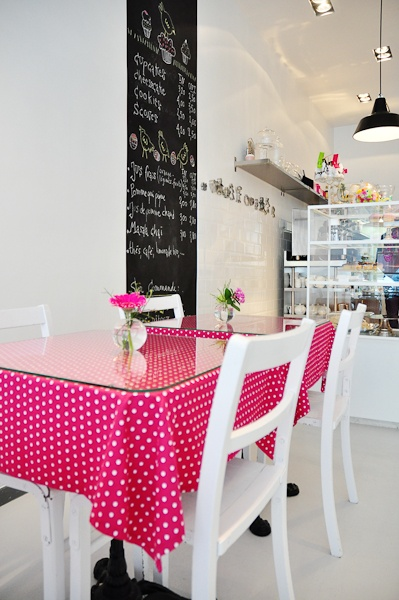 Lilicup | Brussels tables with cloths/glass covers - everything else black/white - easy to change up the mood anytime