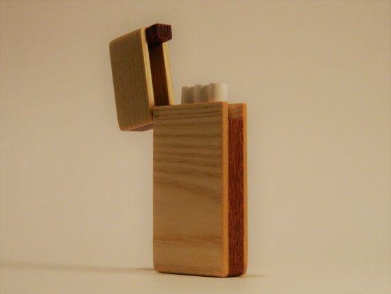 Dieser handgefertigte Zigaretten-Etui ist ideal für Verschleierung ein paar raucht im Stil. Mit einer Kapazität von 3 normale Zigaretten halten perfekt für jemanden, der versucht mit dem Rauchen aufzuhören, oder die Freizeit Raucher, der braucht nur ein paar zu einem Zeitpunkt. Die aus massivem Messing Scharnier Pin und Seltenerd-Magnet-Verschluss halten Sie den Deckel fest verschlossen, zu allen Zeiten.  Zigaretten-Etui ist 3 3/4 x 1 1/2 und 5/8 dick  Dieser Fall wird von Ash ...