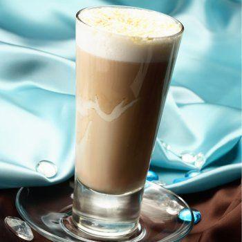 MONTE BIANCO Ingredienti: - Caffè Kimbo - Latte - Zucchero - Crema di cioccolato bianco - Scaglie di cioccolato bianco  Preparazione: Guarnisci le pareti di un bicchiere alto con due fili di crema di cioccolato bianco. Versa mezza tazzina di espresso. Aggiungi il latte caldo, facendo attenzione a non creare eccessiva schiuma. Guarnisci con scaglie di cioccolato bianco.