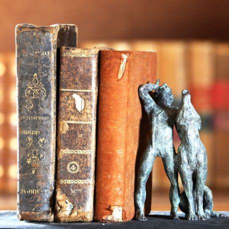 Preciosa escena representada en bronce del Libro de la Selva, de Mowgli y Akela aullando juntos.