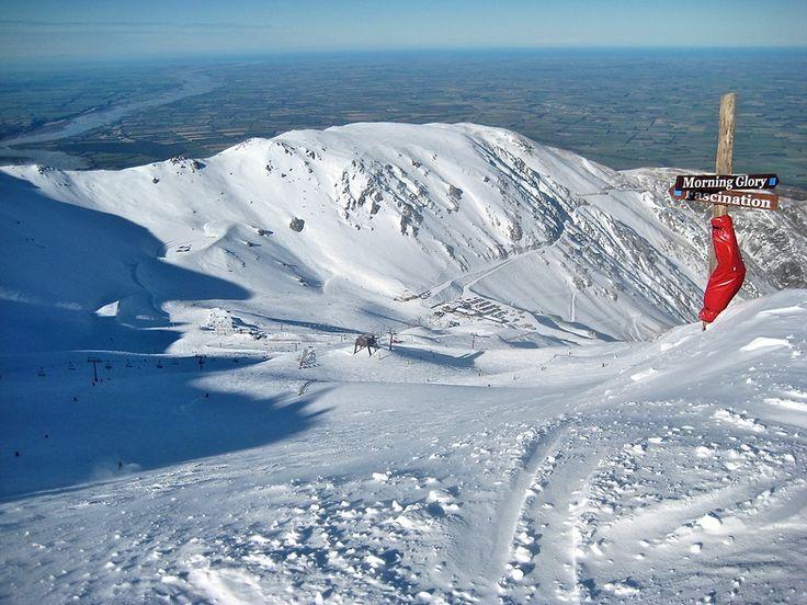 NL. Top(2.190m) van het skigebied Mount Hutt met zicht op het continent Nieuw-Zeeland FR. Sommet(2.190m) de la station de Mount Hutt avec vue sur le continent de Nouvelle-Zélande. DE. Das Top(2.190m) des Skigebiet Mount Hut mit Aussicht des Kontinent Neuseeland. EN. Top(2.190m) of ski field Mount hutt and view on the continent  New Zealand