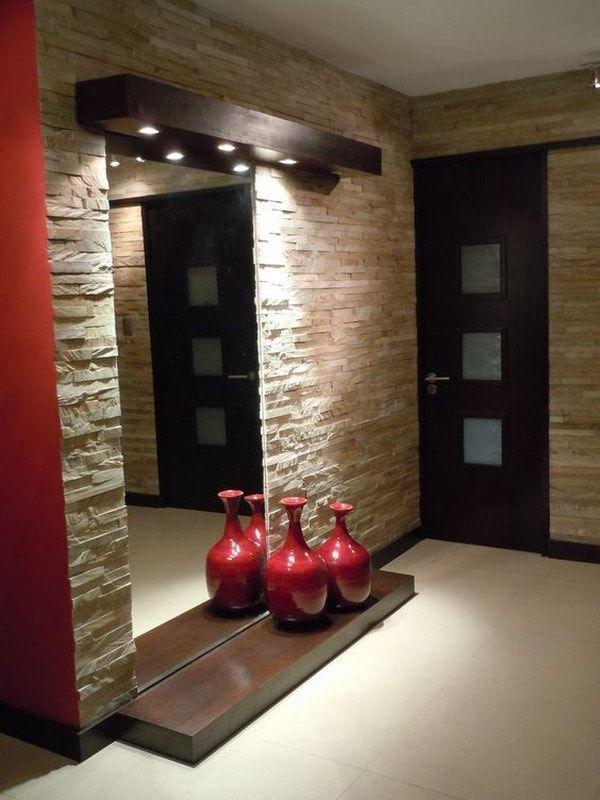 Recibidor con paredes revestidas en piedra