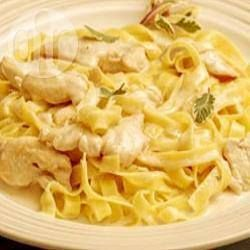 Foto recept: pasta met kip en champignons in roomsaus http://allrecipes.nl/recept/9576/pasta-met-kip-en-champignons-in-roomsaus.aspx?o_is=LV