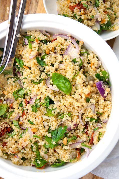 Mediterraner Quinoa-Salat mit getrockneten Tomaten