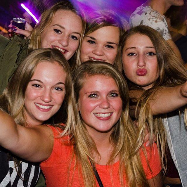 Uitverkocht KPJ Tentfeest weer een groot succes  De koeien op het weiland aan de J.C. Hoogendoornlaan waren voor één weekend even ingeruild voor een grote feesttent. Afgelopen zaterdag was het namelijk weer tijd voor het jaarlijkse tentfeest van jongerenvereniging KPJ Bodegraven. Het feest dat al enkele jaren de naam 'Après Ski im Sommer' draagt trok weer vele jongeren uit de wijde omtrek naar Bodegraven. Dit jaar was het zelfs zo druk dat het maximum aantal bezoekers al snel bereikt was…