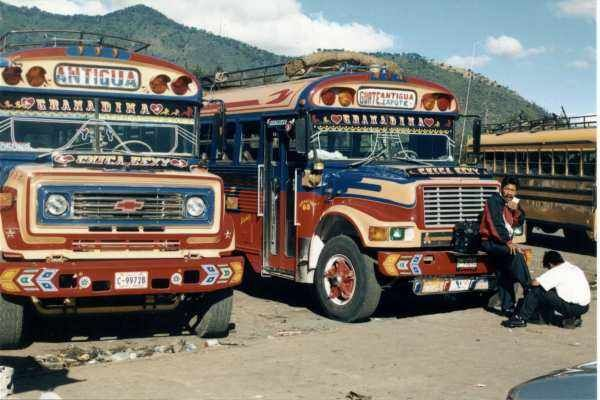 Oude schoolbussen doen hier nog steeds dienst.