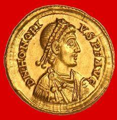 Impero Romano - Onorio (393-423 dC) solidus d'oro (4,47 g da 21 mm.). Coniate a Mediolanum (Milano) tra i 395 - 402 dC VICTORIA AVGGG.  M / D. COMOB.