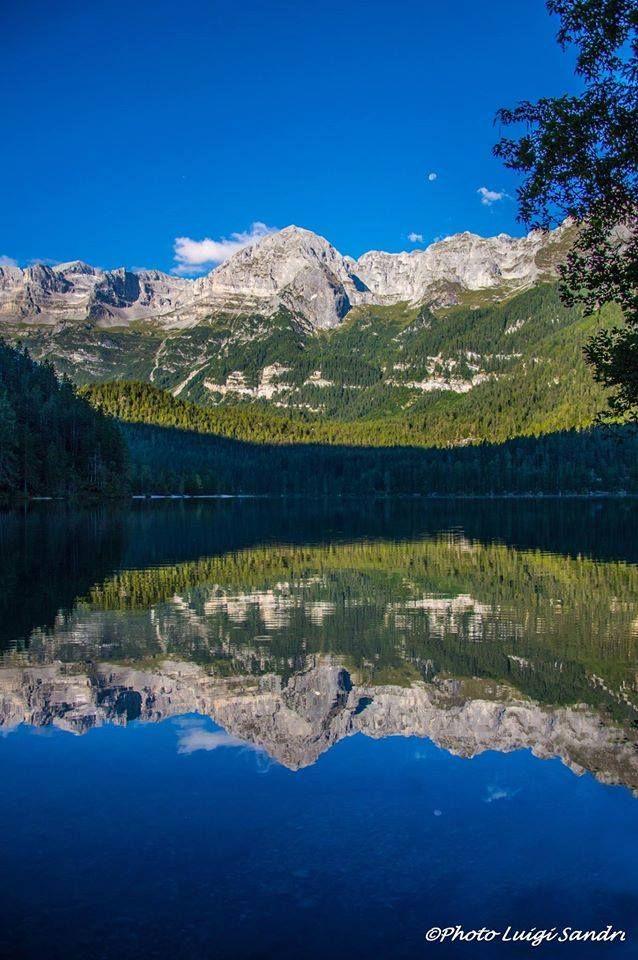 Ecco uno dei vostri splendidi meteoscatti. Qui siamo in #Trentino, Lago di Tovel, fotografato all'alba da Luigi Sandri. Bellissimo!!!!