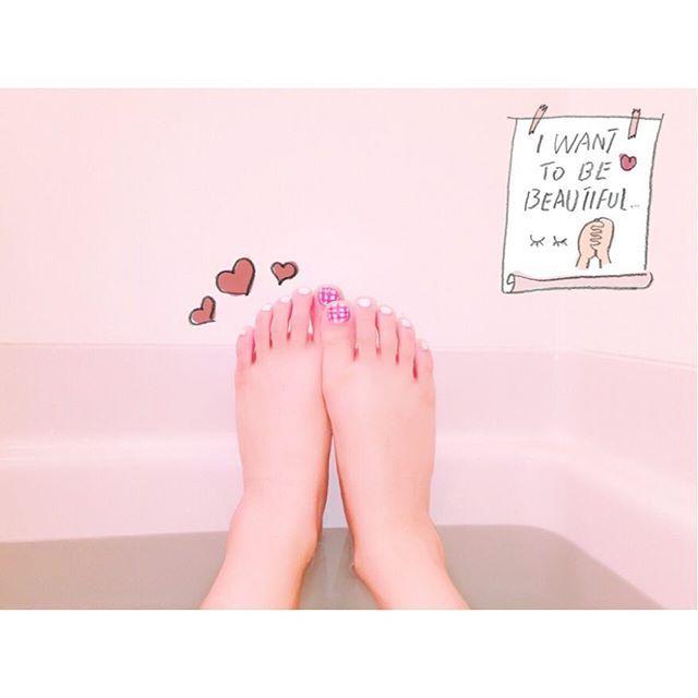 목욕중~💗행복해👼🏻 #목욕 #힐링 #フットネイル も #ギンガムチェック #좋아요 #일상 #ヒールの靴擦れの傷跡消えない #ネイル #セルフネイル #네일 #네일아트 #셀프네일