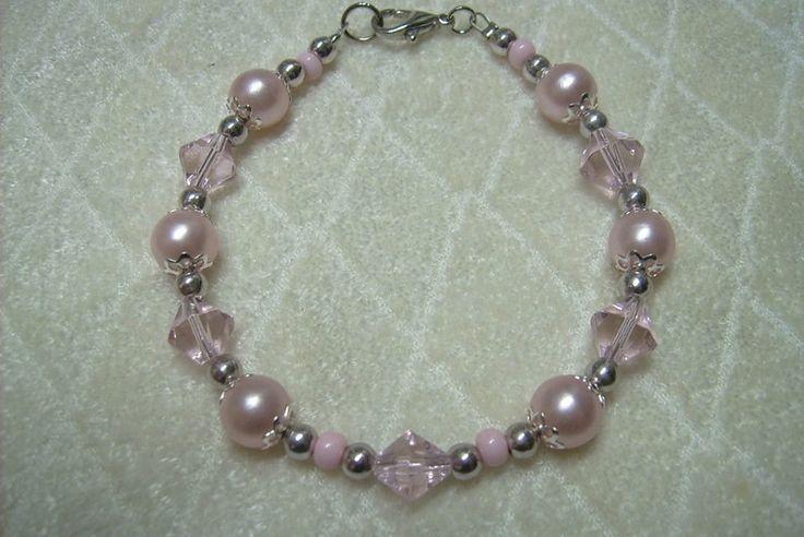 Rózsaszínű, akril gyöngyös, sodronyra fűzött kapcsos karkötő. 290.-Ft.