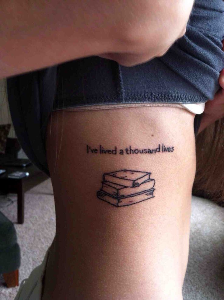chica con un tatuaje con frases y libros puesto en el costado de su cuerpo
