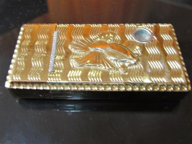 Feuerzeug gold farbig alt gebraucht Lighter gold colored old usedHöhe 7 cm , Breite 3 cm , Tiefe 1 cmVersand möglich gegen Aufpreis , gerne Paypal oder ÜberweisungPrivatverkauf , keine RücknahmeACHTUNG WICHTIGER HINWEIS!!Wegen der neuen Gesetzesbestimmungen erfolgt der Verkauf unter Ausschluss jeglicher Gewährleistung, Garantie und Rücknahme. Da es sich um einen Privatverkauf handelt kann ich keine Garantie nach neuem EU-Recht übernehmen. Der Käufer erklärt sich damit einverstanden und…
