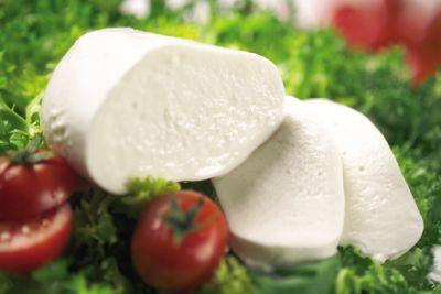 """Fiordilatte:  Fino a cinquant'anni fa specialità esclusiva del meridione italiano, poco diffusa nel resto del Paese, il fiordilatte è oggi il più noto e consumato formaggio a pasta filata. Da quando è stato reso obbligatorio il confezionamento dei formaggi freschi, ha preso il nome di """"mozzarella prodotta con latte di vacca"""". Ben diversa è la """"pasta filata per pizza"""", che ha invece una consistenza soda e gommosa e un gusto meno saporito."""