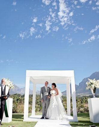 Außentrauung mit weißem Pavillion – outdoor wedding ceremony with white pavilion – www.weddingstyle.de