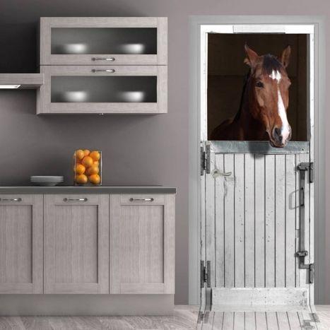 Ce cheval dans son box blanc inspecte la façon dont vous cuisiner. Comment faire en sorte que vos animaux préférés fassent partie du décor ? Adopter ce trompe-l'oeil pour porte ou trompe-l'oeil mural et invitez les animaux dans la décoration de votre intérieur !