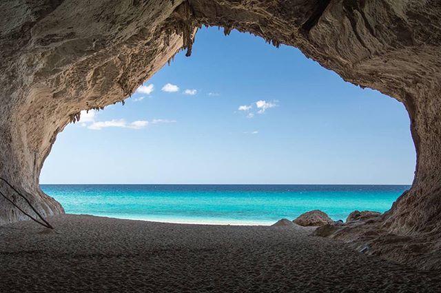 Col 'Best of #igersardegna' oggi sbarchiamo a Cala Luna, una delle perle del Golfo di #Orosei. @cartaantonio77 ha incorniciato lo strepitoso mare scattando la foto dall'interno di una delle grotte che si affacciano sulla spiaggia. Un'immagine da cartolina che invoglia a visitare la splendida #Ogliastra. Foto selezionata da @valeriofor