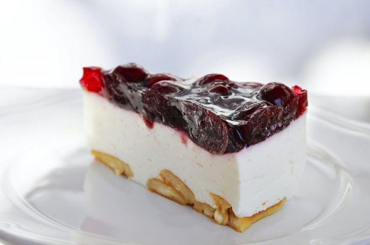 Hozzávalók: 150 g babapiskóta 2x 375 g natúr joghurt (nagy dobozos) 80 g cukor 2.5 dl habtejszín 20 g zselatin Tetejére: fél kg gyümölcs (meggy...