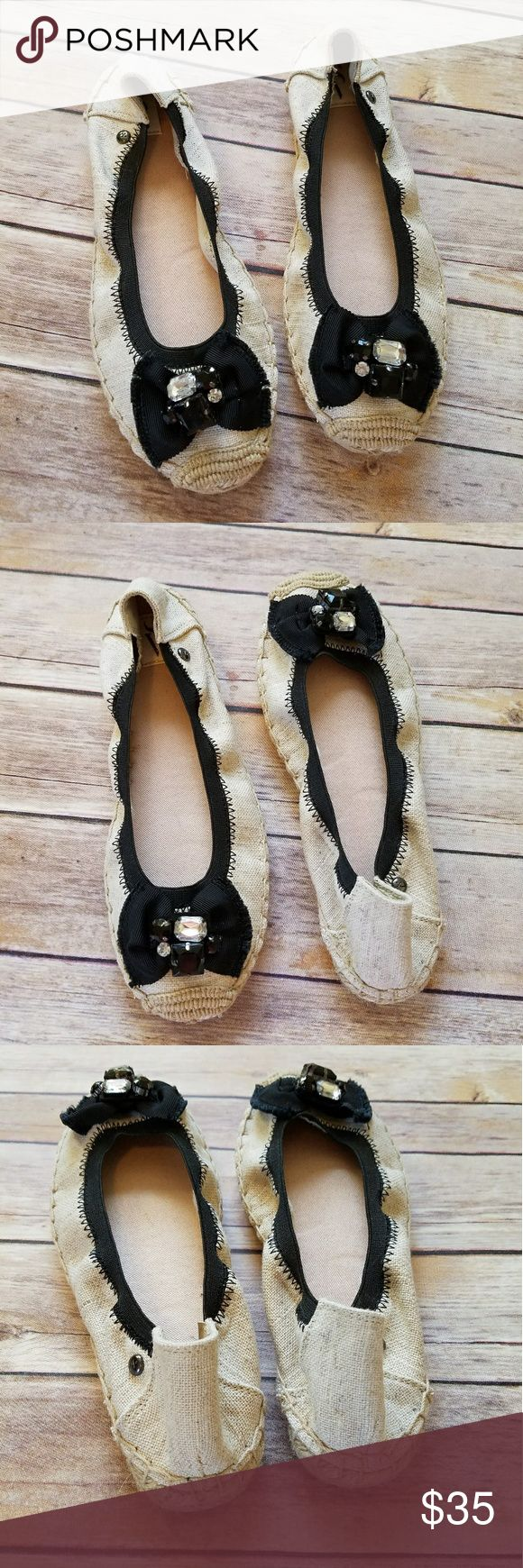 NWT Simply Vera Wang jewel bow tan flats sz 6 Size 6. Simply Vera Vera Wang tan and black flats. Pretty bow and jewel embellishments on the front. Stretchy black. New in box! Simply Vera Vera Wang Shoes Flats & Loafers