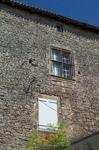 Château de Champagne-Mouton, 1° corps de logis, fenêtre à meneaux. façade extérieure.