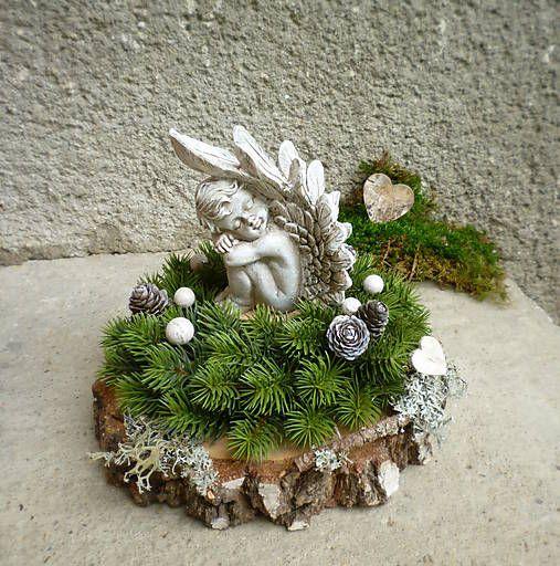 Spomienková dekorácia so spiacim anjelikom, s čečinovým umelým venčekom, ............