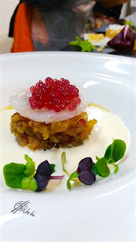 Ajoblanco, tartar de tomate y dátiles, carpaccio de gambas y caviar de vino tinto