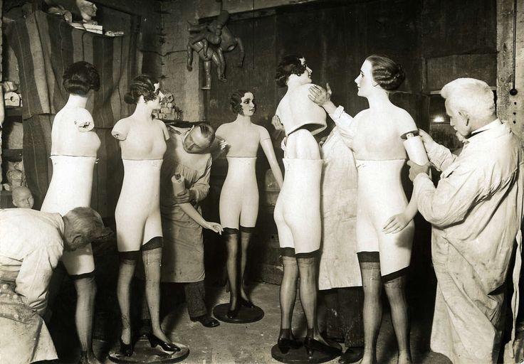Mode. Modepoppen. Een aantal modepoppen wordt in elkaar gezet door fabriekswerknemers in stofjassen.[Duitsland], 1931.
