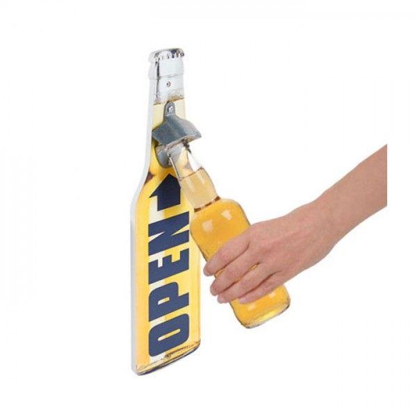 Décapsuleur Mural bières apero Vous n'arrivez jamais à mettre la main sur votre décapsuleur quand vous en avez le plus besoin ? Nous avons la solution : un décapsuleur malin, à fixer sur le mur, qui vous changera la vie ! Son design original et moderne apportera également une touche de décoration à votre intérieur. Posez la bouteille sur la pièce métallique et ouvrez-la d'un seul geste ! Hop ! Et une bouteille d'ouverte !