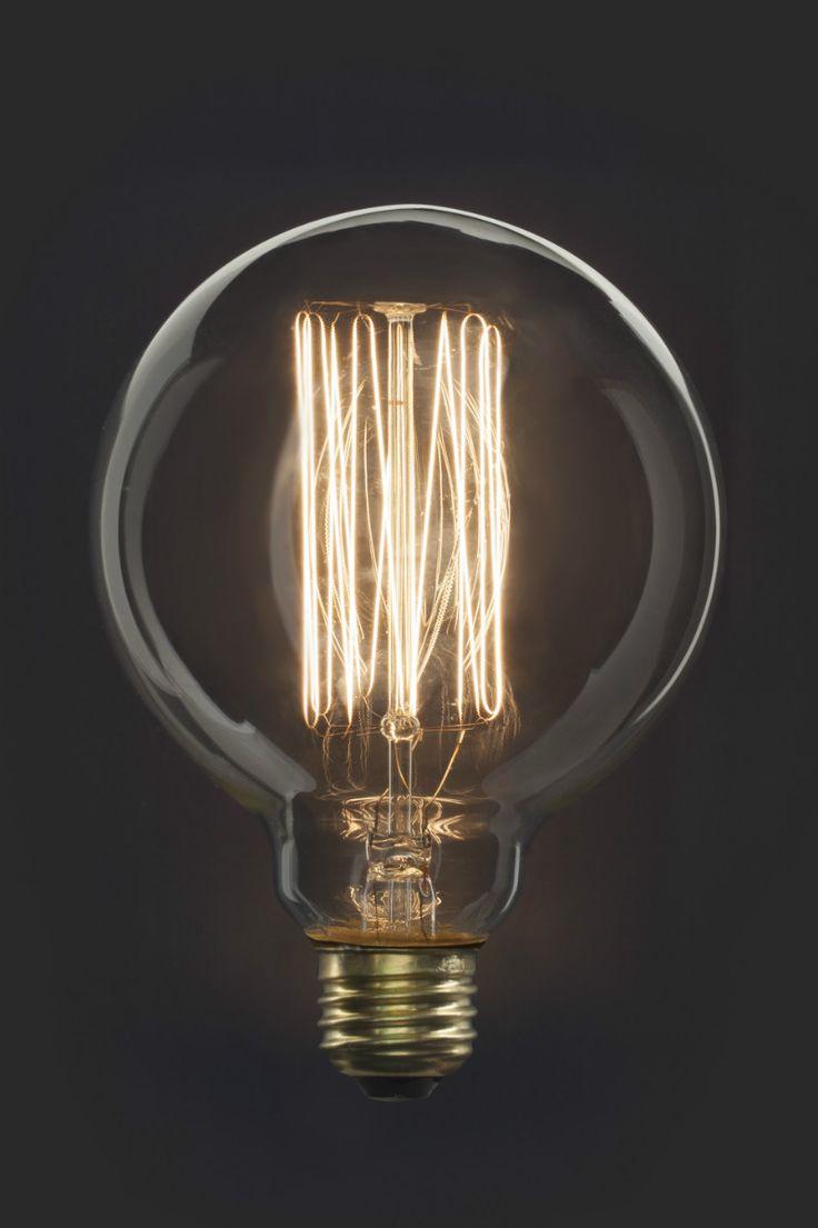 Edison lamp van Kikkerland. Geïnspireerd op de gloeilamp van Edison. De lamp heeft een sterkte van 40 Watt en geeft een mooi warm licht. Zichtbaar gloeidraad zorgt voor een authentieke uitstraling. Deze retro look lamp is de ultieme eye-catcher in je interieur. Combineer hem met de Pendant lampen van Kikkerland.
