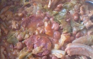 ARROZ DE FEIJÃO À TRANSMONTANA -  400g de feijão vermelho cozido - 1 cebola média - 2 dentes de alho picadinhos - 1 dl de azeite - 700g de entrecosto - 2 dl de vinho branco – (150g de orelha de porco - 300g de chispe de porco ) OU  SALPICÃO q.b. - 100g de farinheira branca - 100g de chouriço de carne - 1 chouriço de vinho - 1 couve lombarda - Cozer o feijão e ...