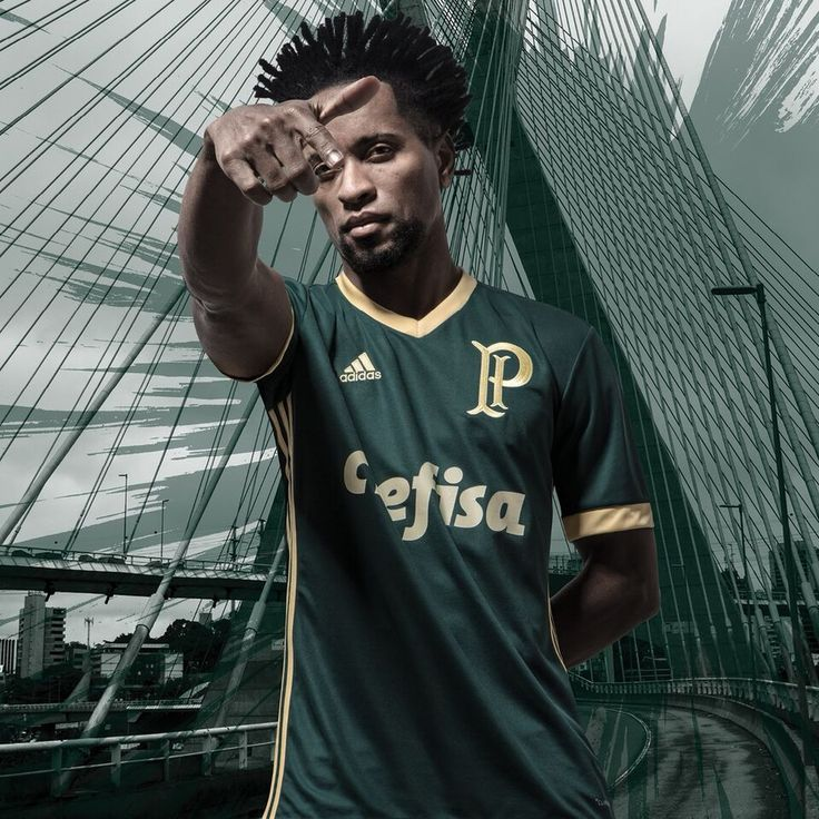 Zé Roberto foi um dos jogadores utilizados como modelo para o lançamento do uniforme (Foto: Divulgação)