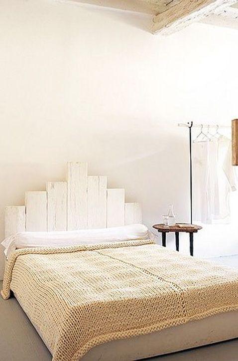 En voilà une belle tête de lit aux tons naturels ! Pour la réaliser, démontez une palette bois et utilisez les traverses de palettes : Découpez-les de longueurs différentes, fixez les à l'aide de deux tasseaux et peignez le tout. Une déco personnalisée, facile à réaliser, ultra tendance pour votre chambre ! Et pour savoir comment récupérer les traverses bois rendez-vous sur le DIY Déco pour démonter une palette