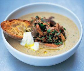 Deze champignonsoep van Jamie Oliver is de real stuff! Heerlijke champignonsmaak en bijzonder geschikt als feestsoep.