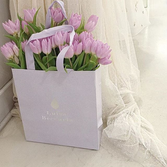 Weekend flowers  #luisabeccaria_lifestyle  by @jannamanska  #flowers#flowerpower#fiori#flowereverywhere#weekend#romance#romantic#trueromance#blogger#lifestyle#tulips#lilac#shoppingbag#purple#luisabeccaria#goodmorning